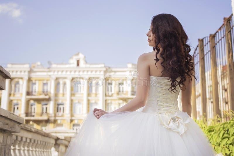 Noiva moreno bonita da mulher em um parque do jardim no casamento branco foto de stock royalty free