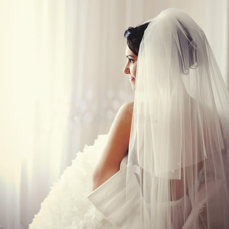 A noiva moreno bonita está preparando-se imagens de stock royalty free