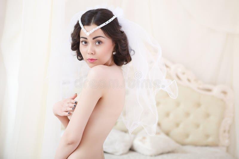 A noiva moreno bonita está preparando-se imagem de stock royalty free