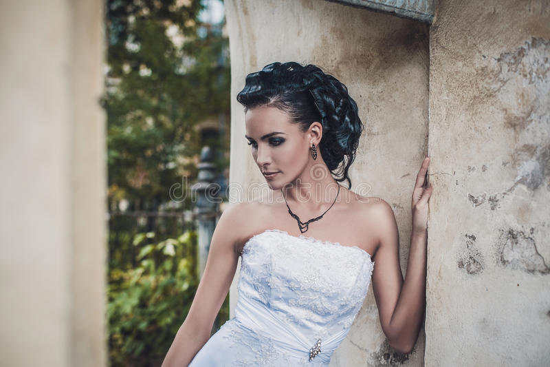 Noiva moreno bonita no vestido de casamento branco fotografia de stock