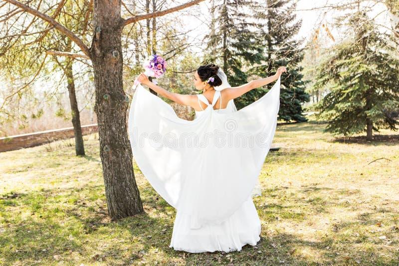 Noiva moreno nova no parque na natureza com fotos de stock royalty free