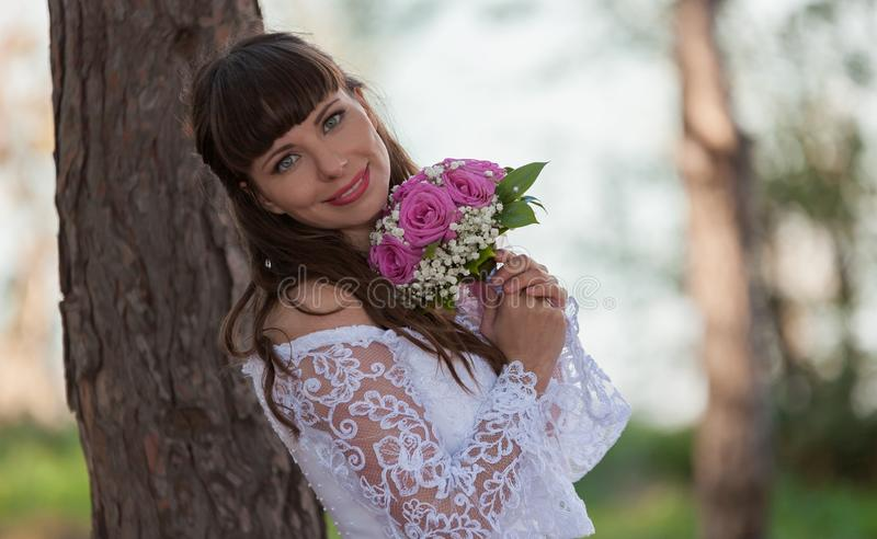 Noiva moreno, ramalhete das rosas, sorriso, fim acima imagens de stock