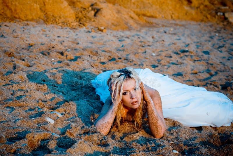 Noiva na areia na praia imagens de stock