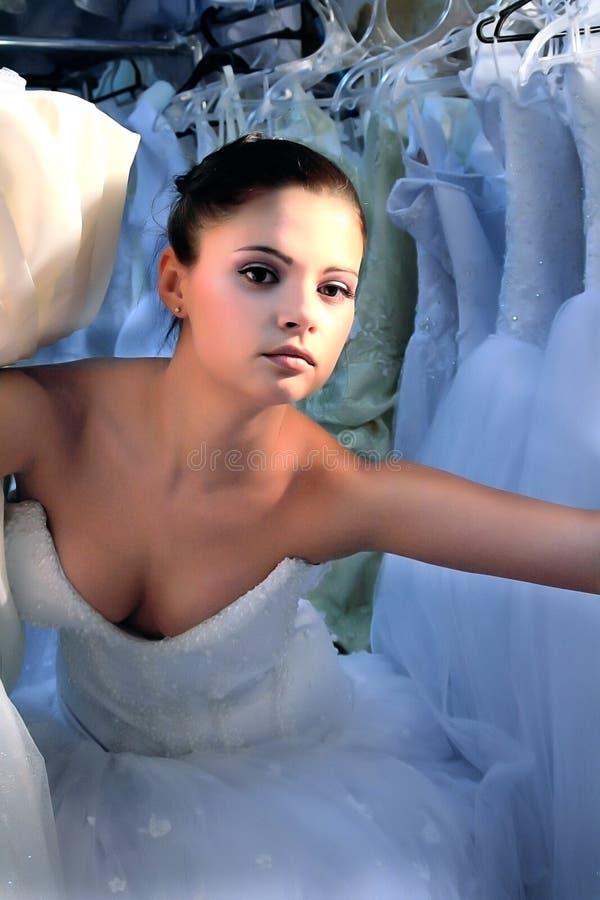 Noiva na loja do casamento foto de stock