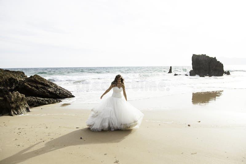 Noiva na praia fotos de stock