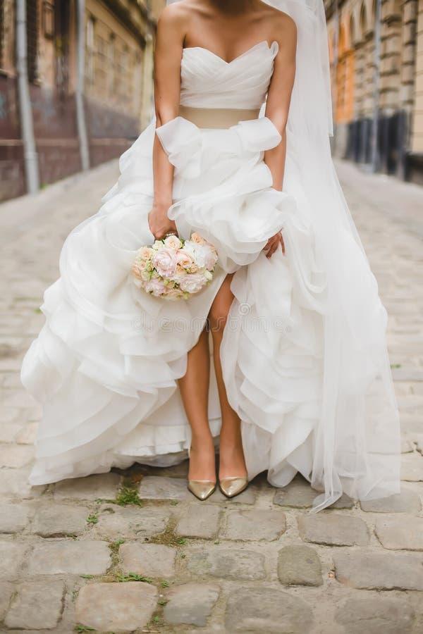 Noiva na rua velha de Lviv fotografia de stock