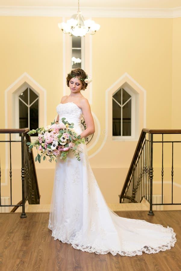 Noiva no branco com um ramalhete maravilhoso fotos de stock royalty free