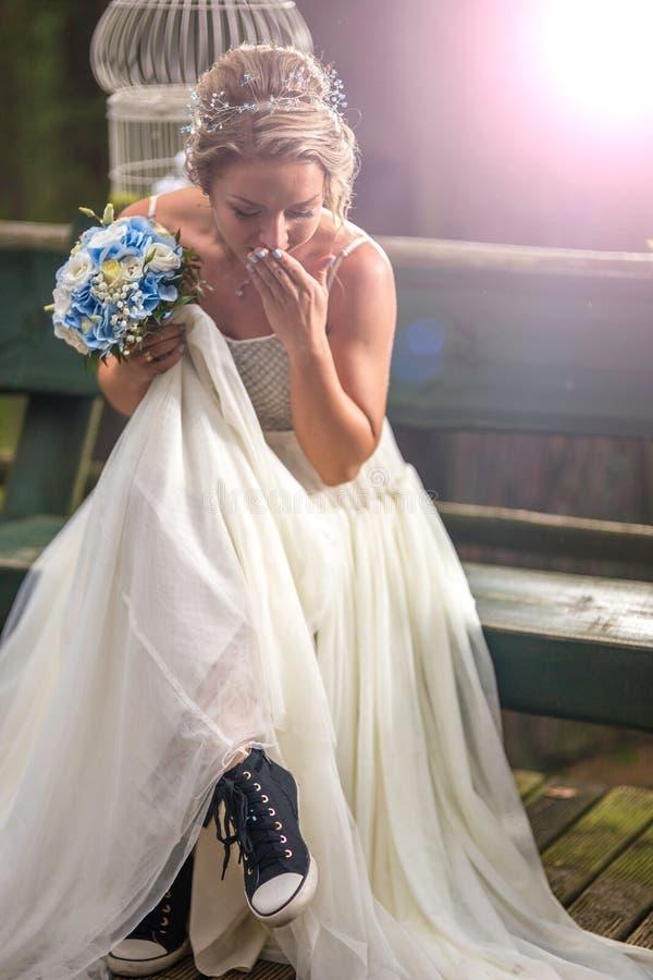Noiva no dia do casamento com sapatas erradas imagem de stock royalty free