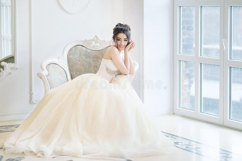 Noiva no interior luxuoso no palácio Casamento, morena atrativa imagem de stock royalty free