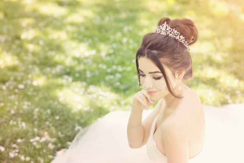 Noiva no parque Dia do casamento, sol obscuro verão fotografia de stock royalty free