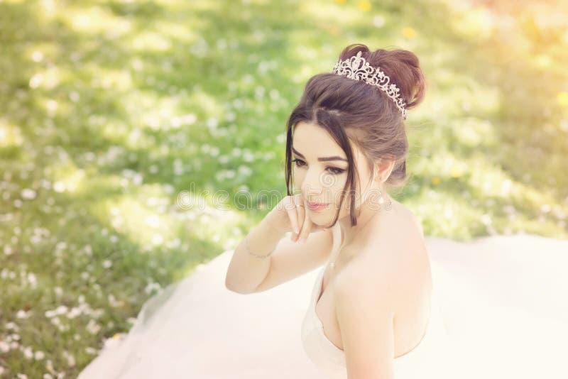 Noiva no parque Dia do casamento, sol obscuro verão imagens de stock