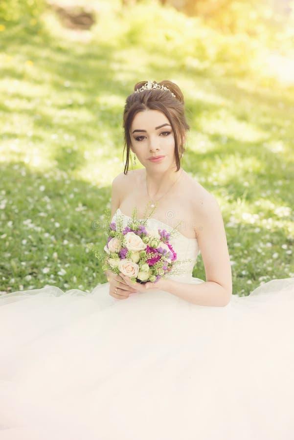 Noiva no parque Dia do casamento, sol obscuro verão imagens de stock royalty free
