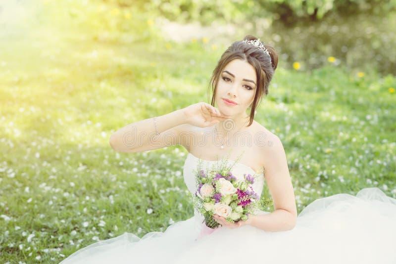 Noiva no parque Dia do casamento, sol obscuro verão fotos de stock royalty free