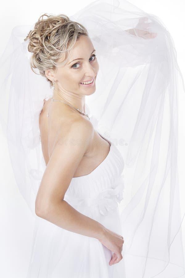 Noiva no véu branco que olha a câmera e o sorriso. imagem de stock