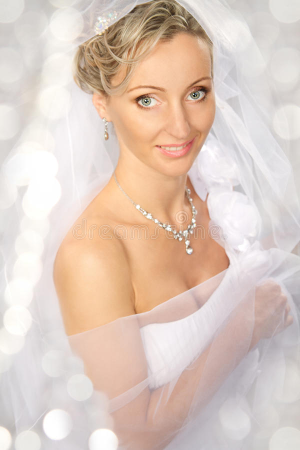 Noiva no véu branco que sorri e que olha a câmera. imagens de stock