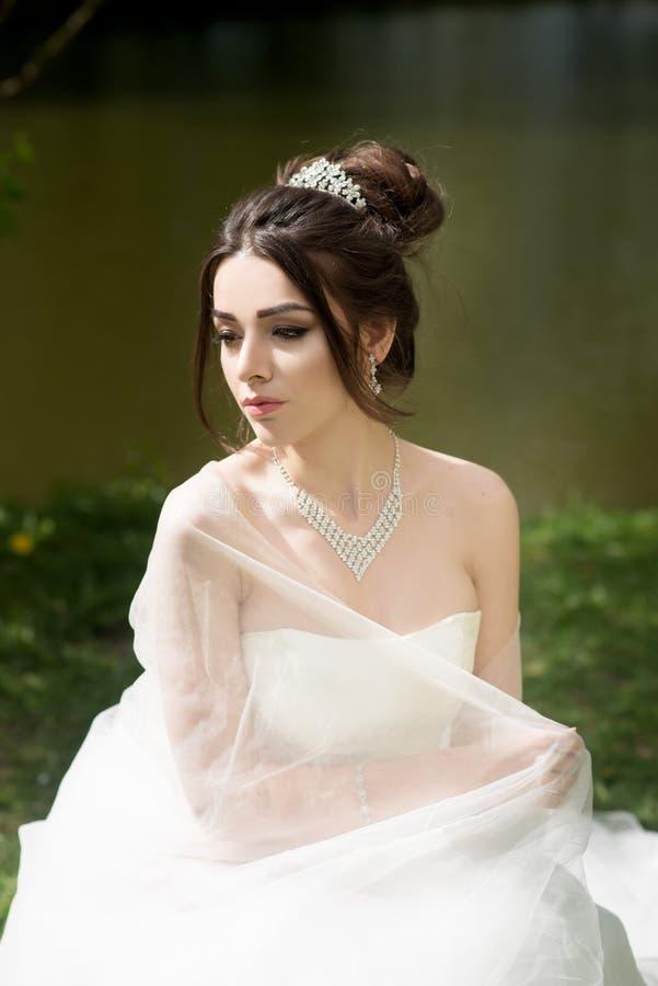 A noiva no véu e o branco vestem-se, casamento, mulher atrativa imagens de stock royalty free