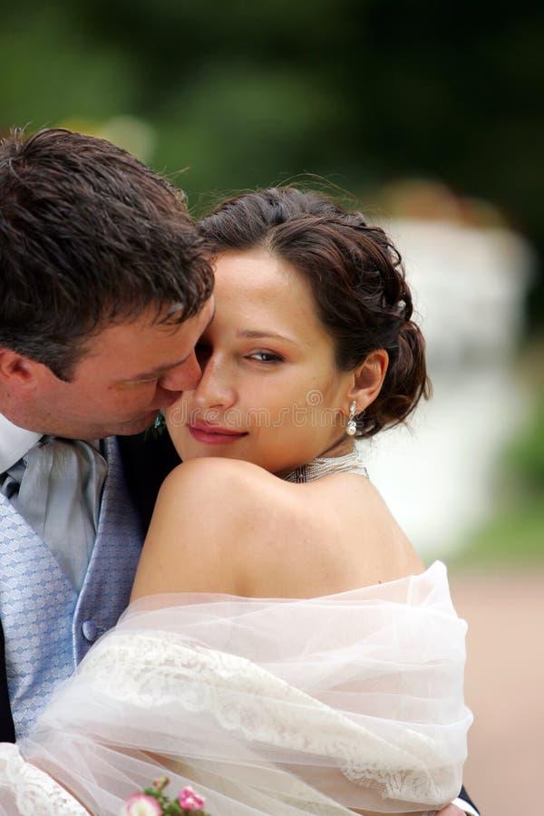 Noiva no vestido branco com noivo imagens de stock