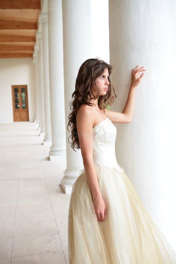 Noiva no vestido branco-dourado imagem de stock