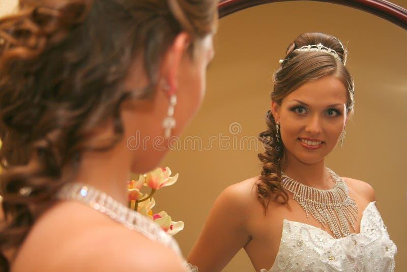 Noiva no vestido de casamento foto de stock
