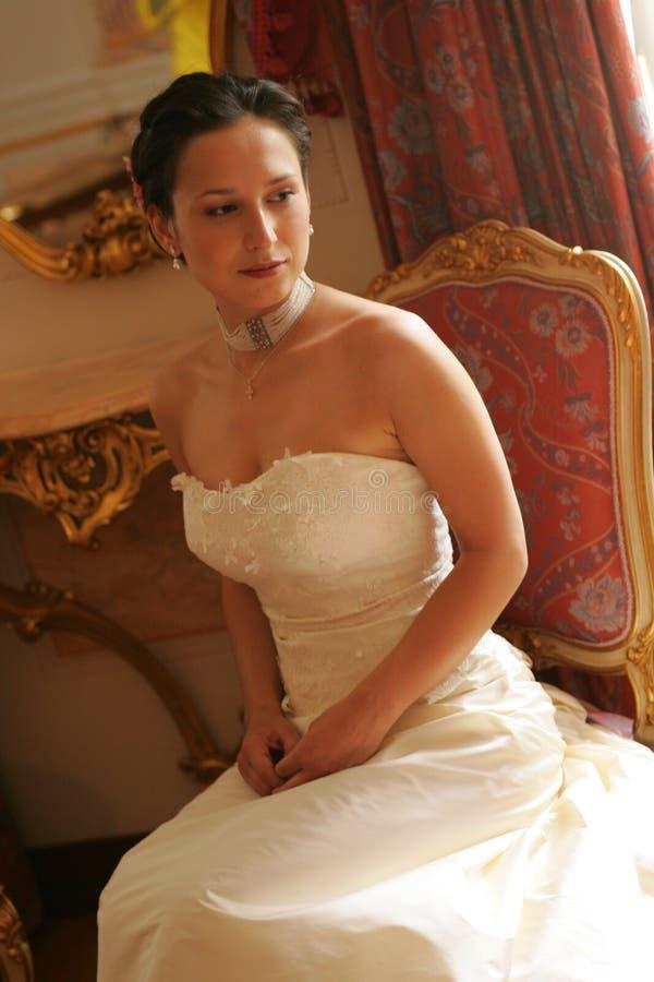 Noiva no vestido de casamento branco fotografia de stock