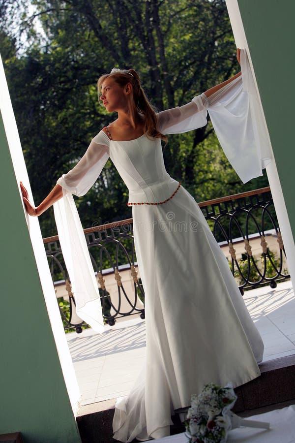 Noiva no vestido de casamento branco foto de stock royalty free