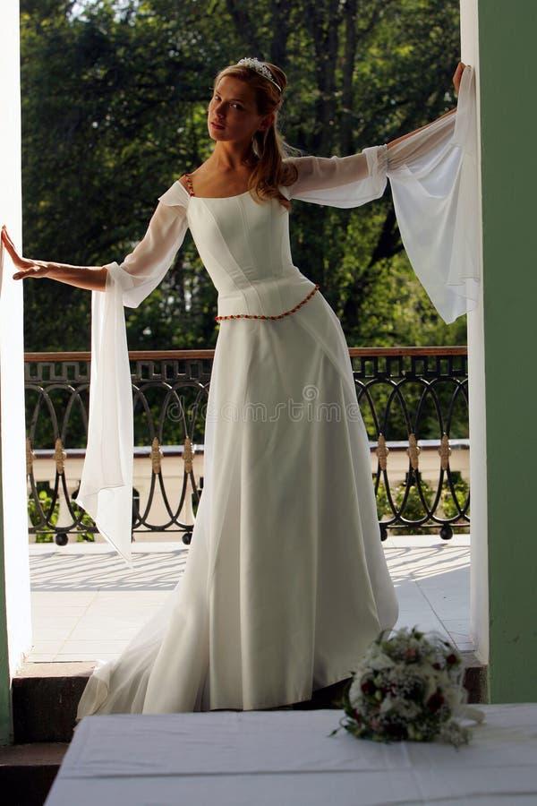 Noiva no vestido de casamento branco fotos de stock royalty free