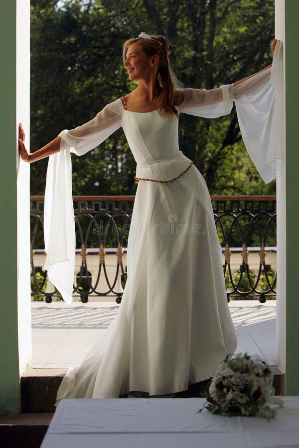 Noiva no vestido de casamento branco foto de stock