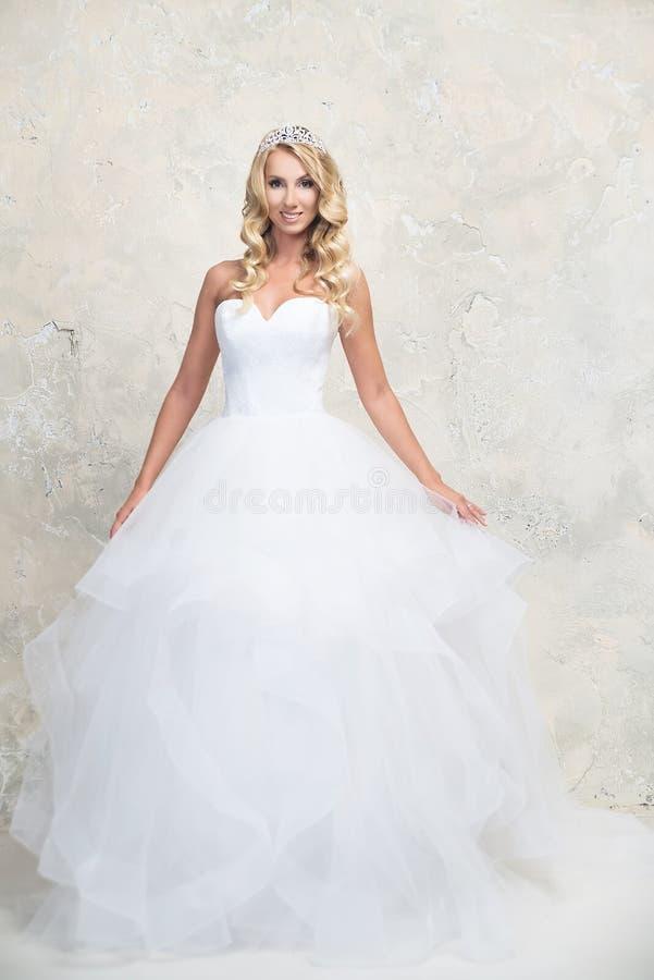 Noiva no vestido de casamento branco com coroa Louro imagem de stock