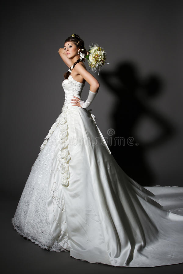 Noiva no vestido de casamento branco da elegância com cauda. foto de stock royalty free