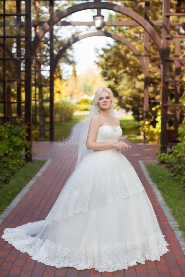 Noiva no vestido de casamento com um trem longo fotografia de stock