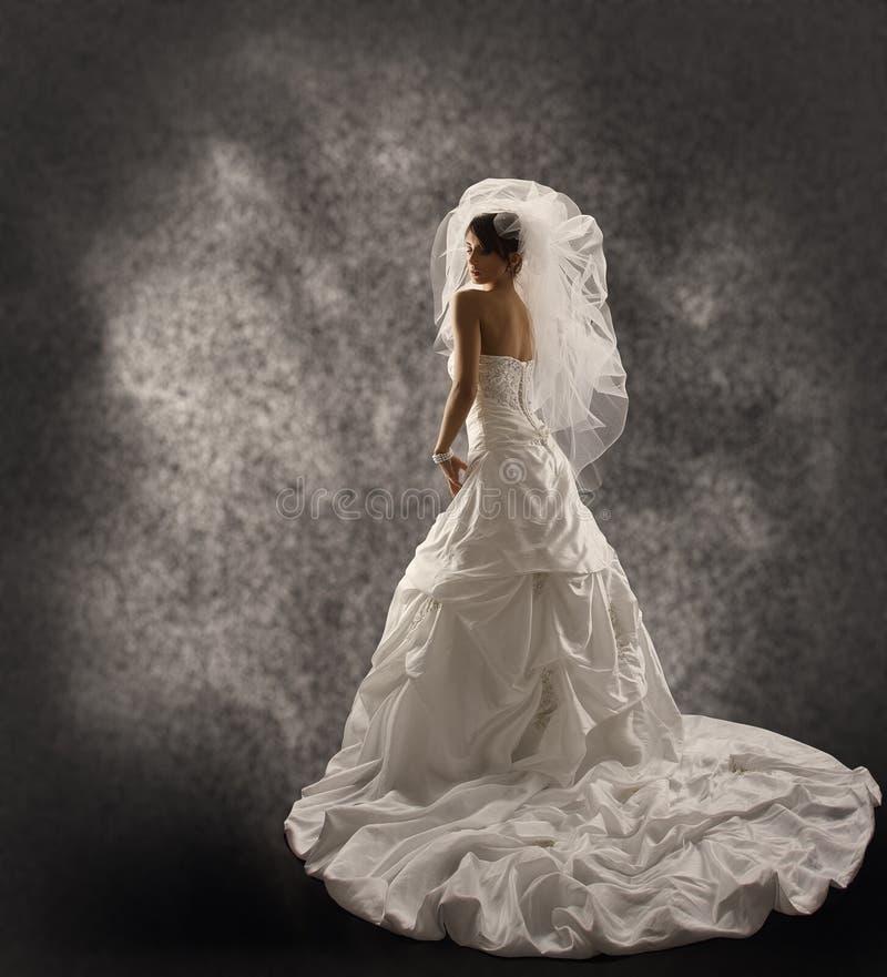 A noiva no vestido de casamento com véu, forma o retrato nupcial da beleza fotografia de stock