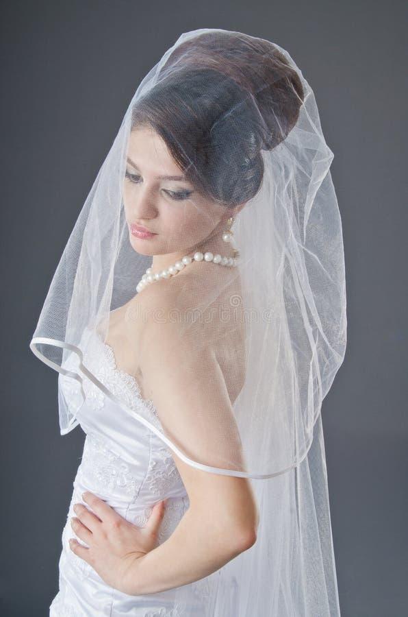 Noiva no vestido de casamento no estúdio fotos de stock