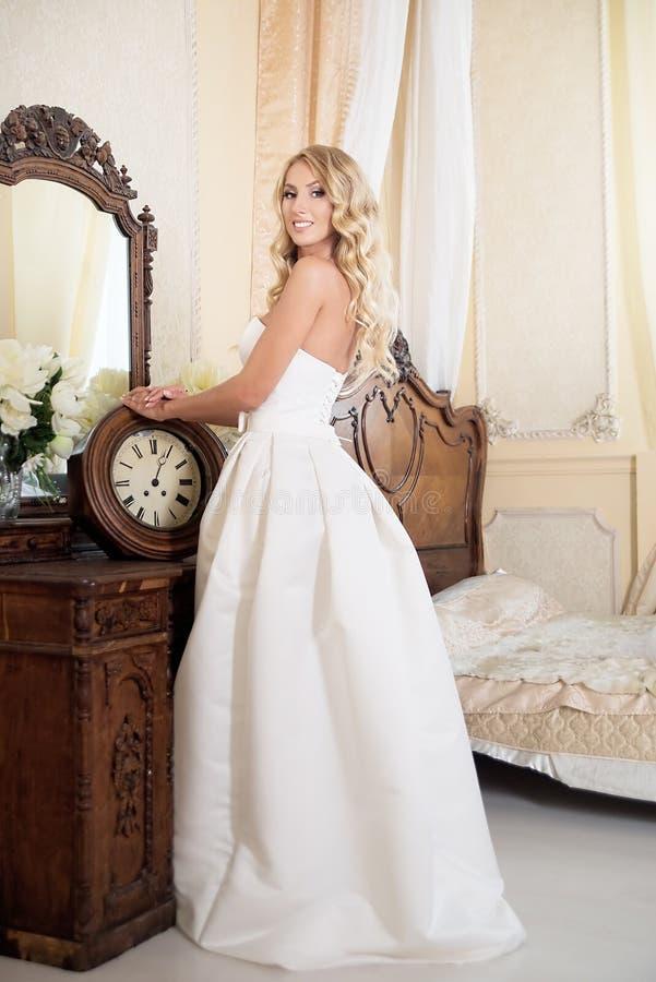 Noiva no vestido de casamento no interior Louro imagem de stock