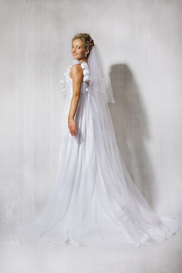 Noiva no vestido longo branco do casamento. Sorriso. imagem de stock royalty free