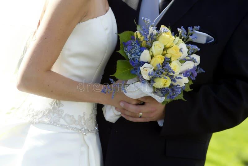 Noiva, noivo & ramalhete fotografia de stock