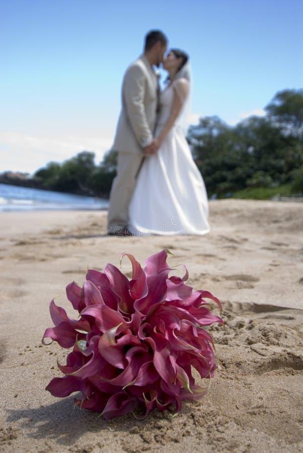 Noiva, noivo, e ramalhete foto de stock royalty free