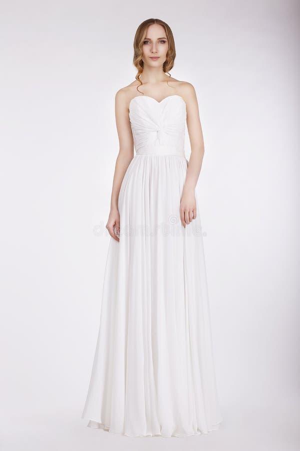 Noiva nova atraente no vestido de casamento imagens de stock royalty free