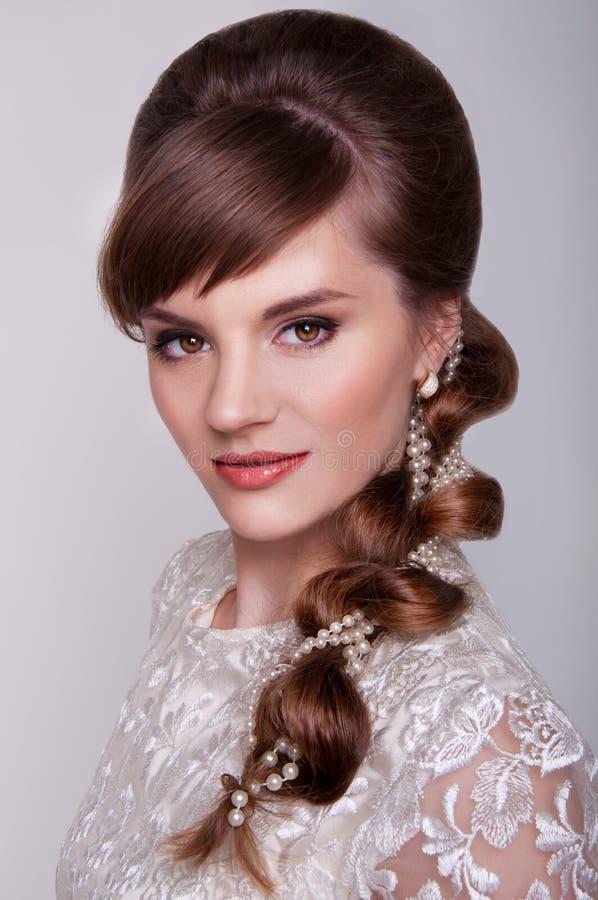 Noiva nova bonita com penteado retro fotos de stock royalty free