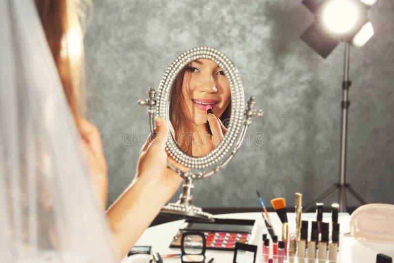 Noiva nova bonita que olha o espelho fotografia de stock