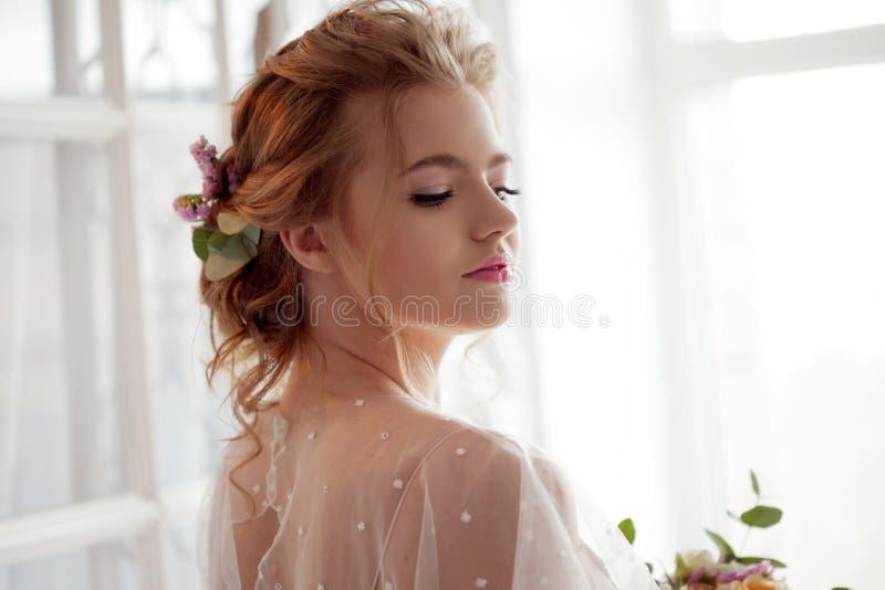 Noiva nova de encantamento em um vestido cor-de-rosa Mulher loura nova com um ramalhete do casamento imagens de stock royalty free