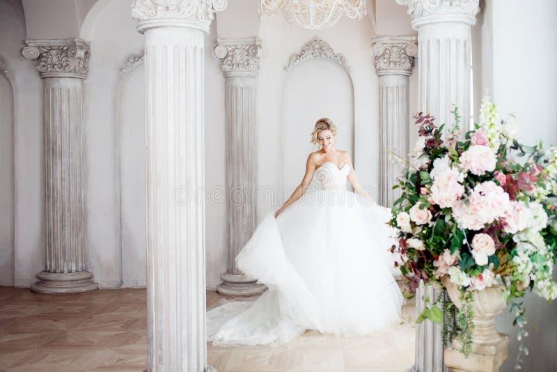 Noiva nova encantador no vestido de casamento luxuoso Menina bonita, o estúdio da foto imagem de stock royalty free