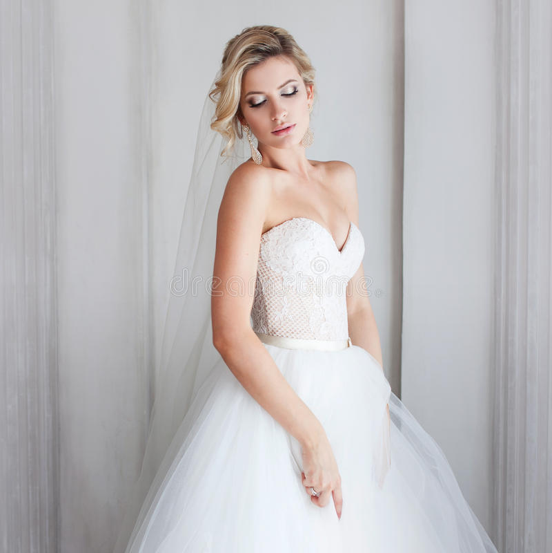 Noiva nova encantador no vestido de casamento luxuoso Menina bonita, o estúdio da foto imagens de stock