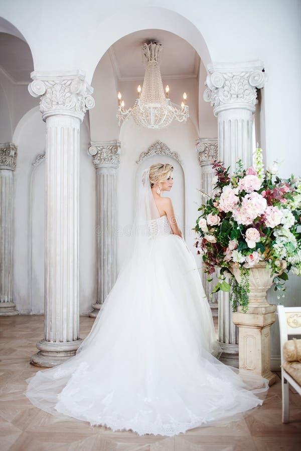 Noiva nova encantador no vestido de casamento luxuoso Menina bonita, o estúdio da foto fotos de stock royalty free