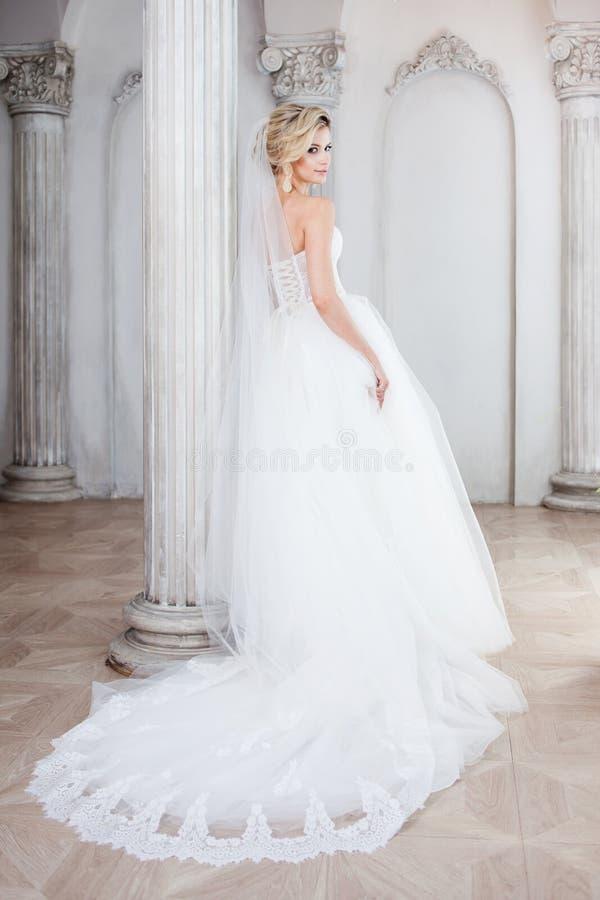 Noiva nova encantador no vestido de casamento luxuoso Menina bonita, o estúdio da foto foto de stock