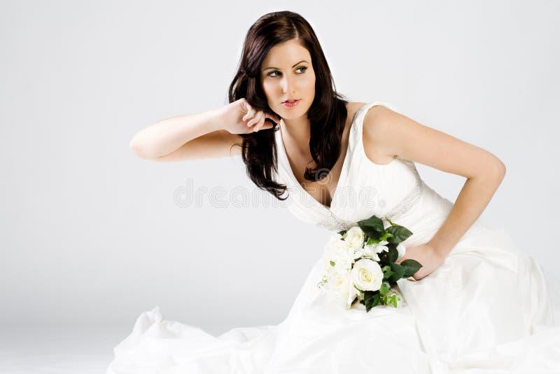 Noiva nova feliz no vestido de casamento com ramalhete fotos de stock
