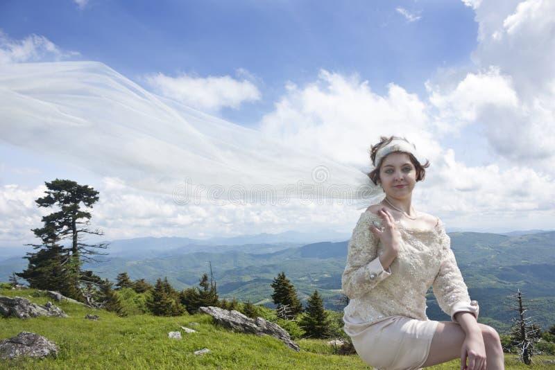 Noiva nova na parte superior da montanha fotografia de stock