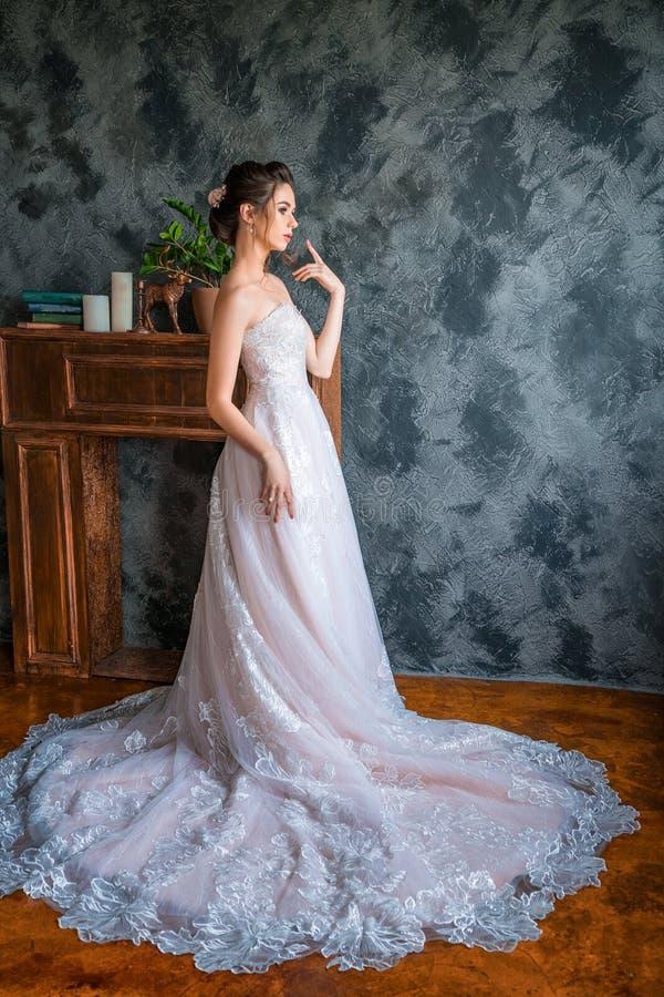 Noiva nova no vestido longo que levanta para a câmera fotos de stock