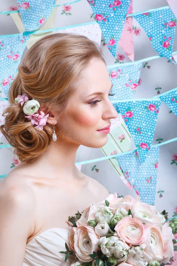 Noiva O modelo de forma novo com compõe, o cabelo encaracolado, flores no cabelo Forma da noiva Jóia e beleza Mulher no vestido b imagens de stock
