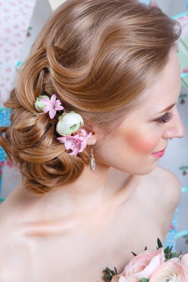 Noiva O modelo de forma novo com compõe, o cabelo encaracolado, flores no cabelo Forma da noiva Jóia e beleza Mulher no vestido b foto de stock royalty free