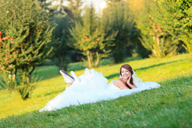 Noiva ocasional feliz fotografia de stock royalty free